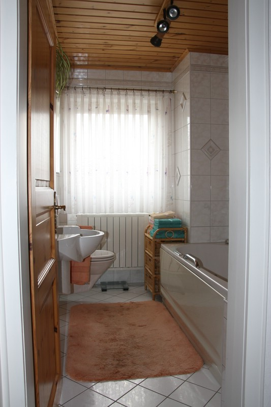Badgestaltung Auf Kleinstem Raum   So Funktionierts: Auf Einer Seite  Whirlpool Badewanne Und Duschwanne, Auf Der Anderen Seite Wand WC,  Waschbecken Und ...